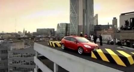 车技高人胆大 福特福克斯高楼自动停车